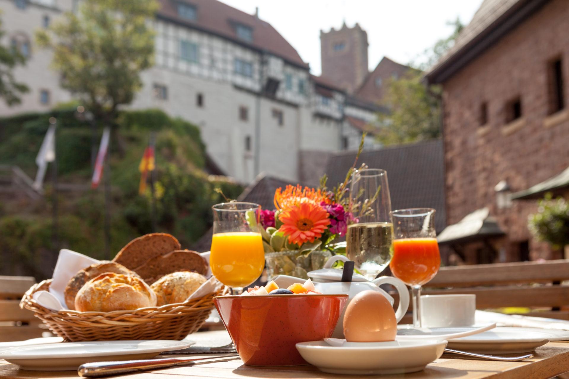 Burgfrühstueck im Romantik Hotel auf der Wartburg mit Blick auf die Wartburg