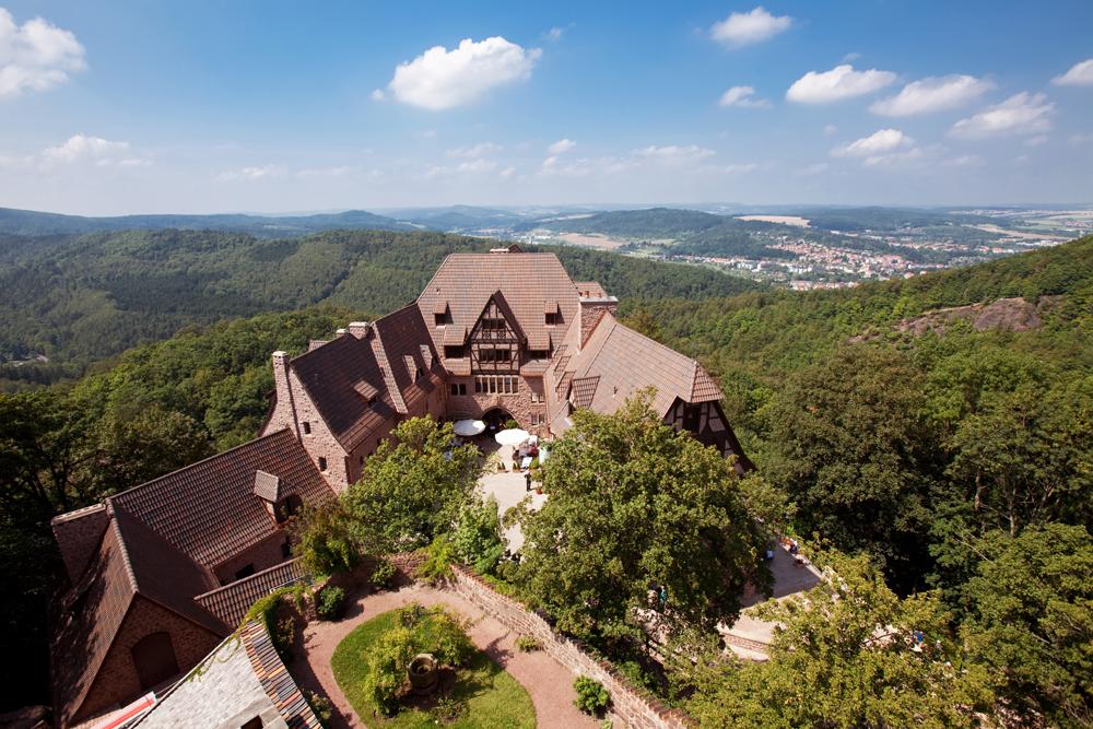 Wartburghotel in Eisenach mit Außenansicht auf den Thüringer Wald